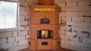 Печь финка угловая для быстрого прогрева помещения, сложена в 2001 году в районе Колпино, кирпич закупался на Колпинском кирпичном заводе.